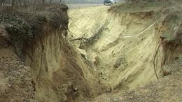 Betemetni a krátert és megváltoztatni a vízlefolyási viszonyokat