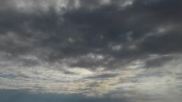 Felhős idő, szórványos csapadékkal!