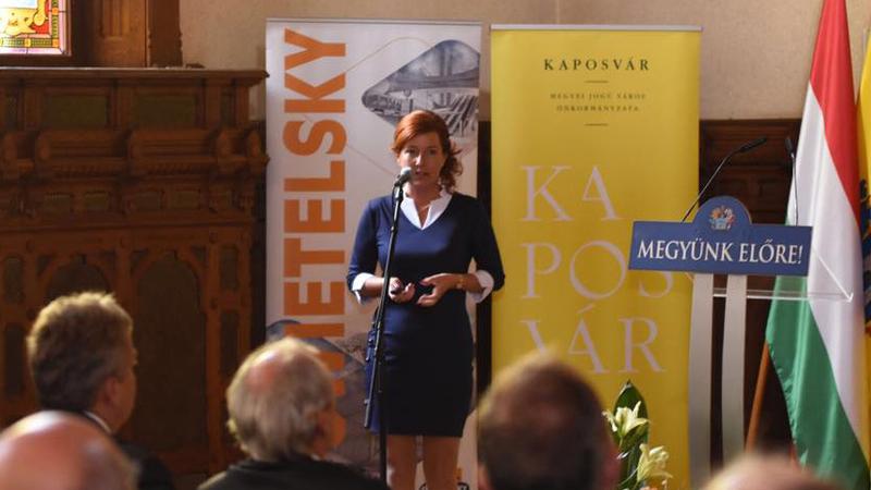 L Balogh Krisztina IMCS projektismertetést tart a kaposvári városházán (Fotó: Facebook)