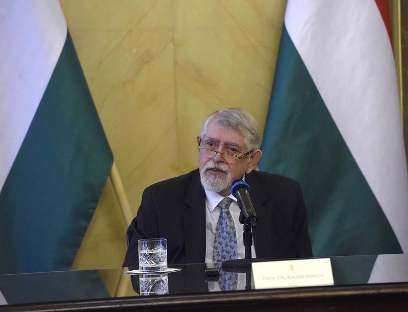Kásler Miklós, az emberi erőforrások minisztere az egészségügyi struktúra átalakításáról tart sajtótájékoztatót az Emberi Erőforrások Minisztériumában 2020. január 6-án MTI/Bruzák Noémi