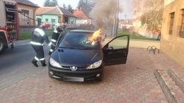 Parkoló autó kapott lángra