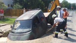 Megnyílt a föld egy kisteherautó alatt Balatonmáriafürdőn