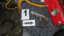 Nem kifizetődő pisztollyal az ülés alatt autókázni