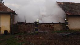Lángolt a melléképület