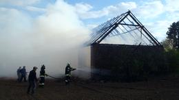 Lángoló istállót oltottak a tűzoltók