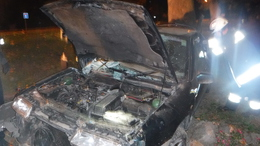 Fának csapódott egy autó az éjszaka