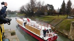 Hajót eresztettek le a Sió-csatornán