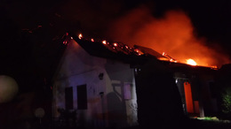 Lángoló házat oltottak a tűzoltók