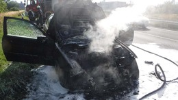 Kiégett egy autó a sztrádán