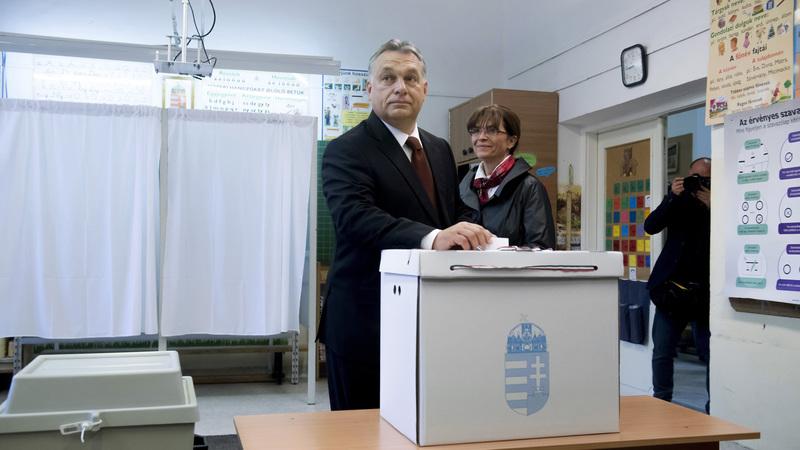Orbán Viktor miniszterelnök is leadta szavazatát a XII. kerületi Zugligeti Általános Iskolában kialakított 53. szavazókörben, mellette felesége, Lévai Anikó. fotó: MTI/Koszticsák Szilárd