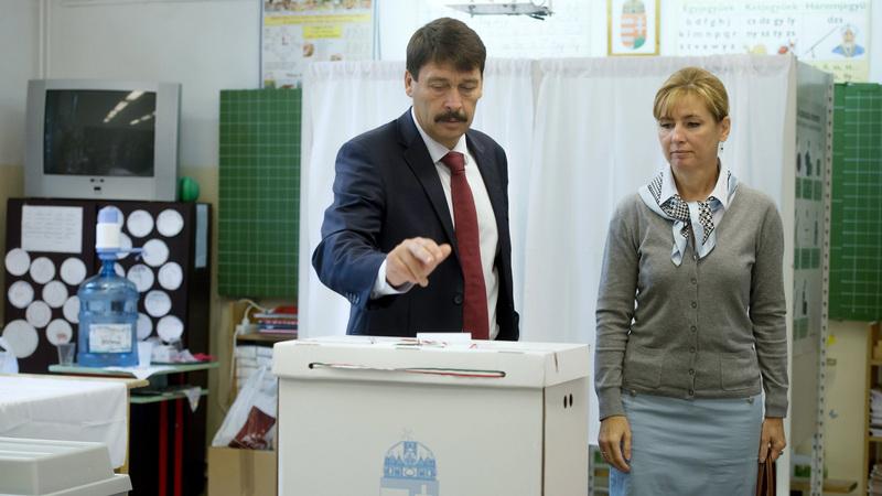 Áder János köztársasági elnök is leadta szavazatát, mellette felesége, Herczegh Anita. fotó: MTI/Koszticsák Szilárd