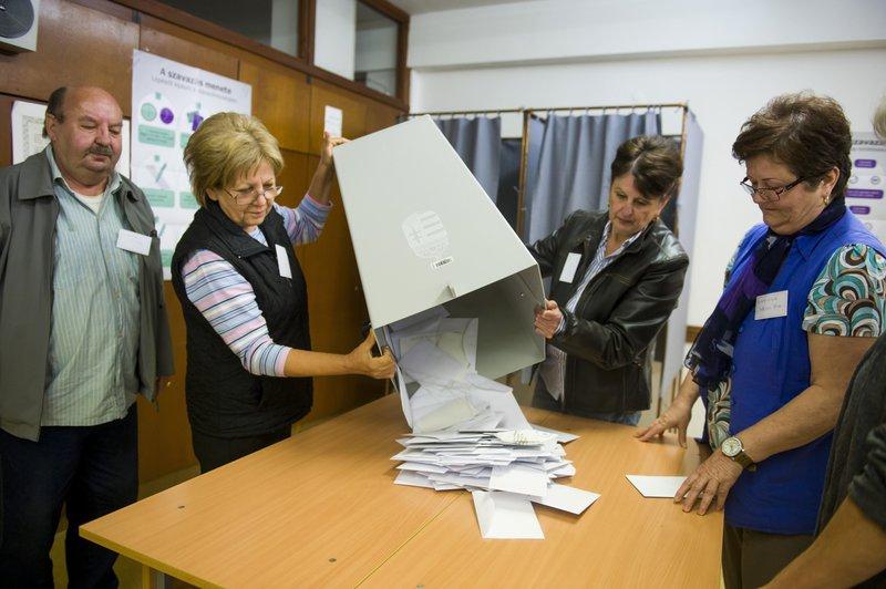 Urnabontás a salgótarjáni Madách Imre Gimnáziumban kialakított 24. szavazókörben a kvótareferendum napján, 2016. október 2-án. A népszavazást a nem magyar állampolgárok Magyarországra történő kötelező betelepítésével kapcsolatban írták ki. MTI Fotó: Komka Péter