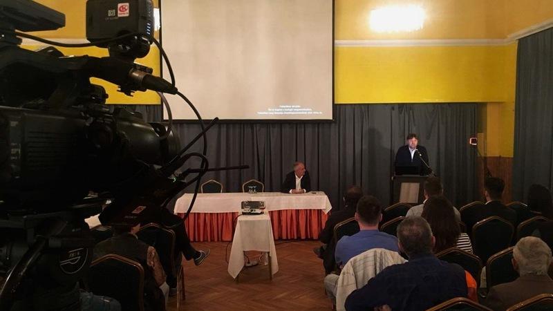 Gelencsér Attila, önkormányzati képviselő beszél a Fidesz eredményváróján.
