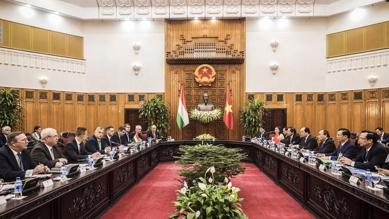 A képen Orbán Viktor miniszterelnök (b4) megbeszélést folytat Nguyen Xuan Phuc vietnami kormányfővel (j3) Hanoiban 2017. szeptember 25-én. Balról Őry Csaba vietnami magyar nagykövet (b), Fazekas Sándor földművelésügyi miniszter (b2), Szijjártó Péter külgazdasági és külügyminiszter (b3), Varga Mihály nemzetgazdasági miniszter (b5), Seszták Miklós nemzeti fejlesztési miniszter (b6), Szita Károly, Kaposvár polgármestere, a Megyei Jogú Városok Szövetségének (MJVSZ) elnöke (b8). MTI Fotó: Miniszterelnöki Sajtóiroda/Szecsődi Balázs