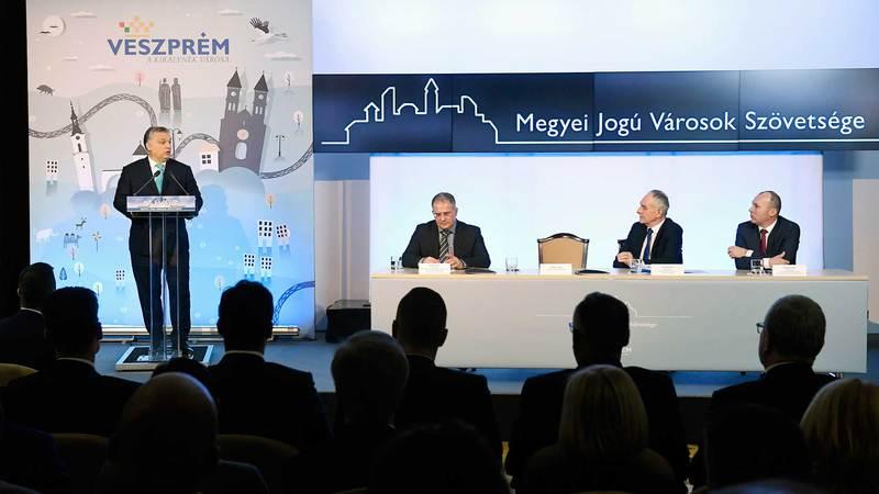 Veszprém, 2018. február 8. Orbán Viktor miniszterelnök beszédet mond a Megyei Jogú Városok Szövetségének 51. közgyűlésén a veszprémi polgármesteri hivatalban 2018. február 8-án. Az asztalnál Kósa Lajos, a megyei jogú városok fejlesztéséért felelős tárca nélküli miniszter (b), Szita Károly, Megyei Jogú Városok Szövetségének elnöke, Kaposvár polgármestere (Fidesz-KDNP) és Porga Gyula (Fidesz-KDNP), Veszprém polgármestere (b-j). MTI Fotó: Koszticsák Szilárd