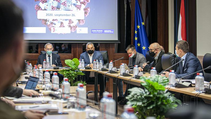 A Miniszterelnöki Sajtóiroda által közreadott képen Orbán Viktor kormányfő (szemben, b2), Pintér Sándor belügyminiszter (szemben, b), Rogán Antal, a Miniszterelnöki Kabinetirodát vezető miniszter (j3) és Kovács Zoltán, a Miniszterelnöki Kabinetiroda nemzetközi kommunikációért és kapcsolatokért felelős államtitkára (j2) a koronavírus-járvány elleni védekezésért felelős operatív törzs ülésén a Belügyminisztériumban 2020. szeptember 26-án; fotó: MTI/Miniszterelnöki Sajtóiroda/Fischer Zoltánoperatív törzs 20200926
