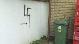 Tiltott önkényuralmi jelképeket festettek kaposvári házakra