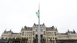 Félárbócon a lobogó: nemzeti gyásznap a mai