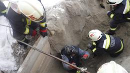 Homokba szorult férfit mentettek a tűzoltók