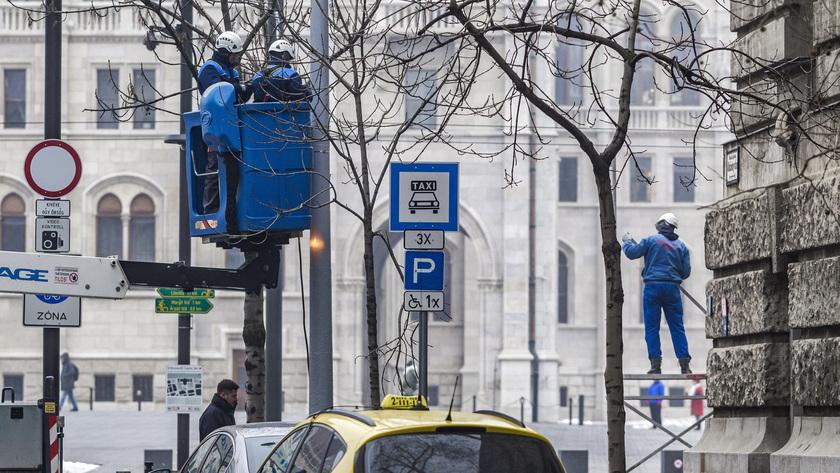 Biztonságtechnikai berendezéseket szerelnek az V. kerületi Kossuth Lajos tér és az Alkotmány utca sarkán, az Országház mellett 2017. január 30-án. fotó: MTI/Szigetváry Zsolt