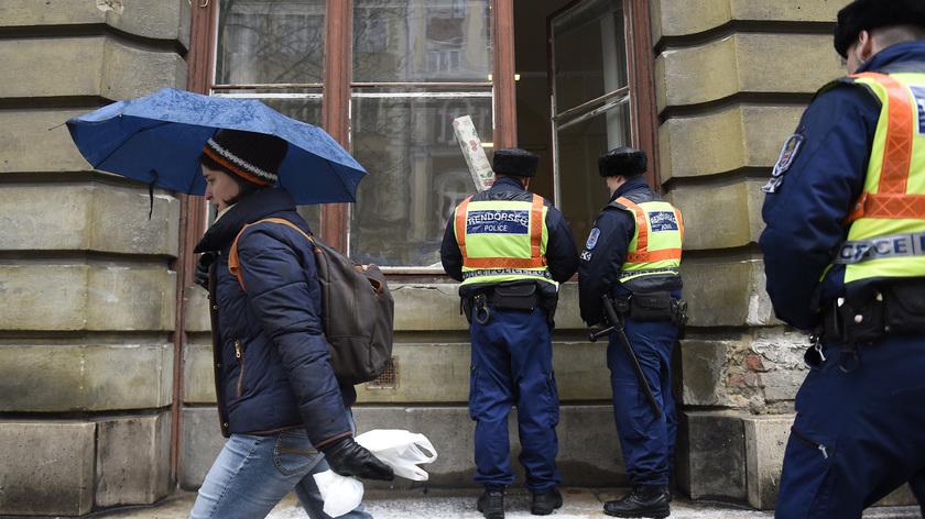Rendőrök a lakókat tájékoztatják egy nappal Vlagyimir Putyin orosz elnök látogatása előtt Budapesten, az V. kerületi Alkotmány utcában 2017. február 1-jén. fotó: MTI/Kovács Tamás