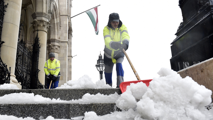 Eltakarítják a havat a Parlament főlépcsőjéről. fotó: MTI/Kovács Tamás