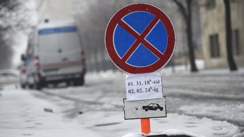 Parkolást tiltó tábla Budapesten, az V. kerületi Széchenyi rakparton 2017. február 1-jén. Vlagyimir Putyin orosz elnök február 2-i budapesti látogatása miatt a város több pontján január 31-én 18 órától február 2-án 24 óráig várakozási tilalmat rendeltek el. fotó: MTI/Kovács Tamás
