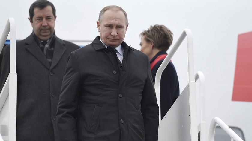 Vlagyimir Putyin orosz elnök kiszáll repülőgépéből Budapesten, a Liszt Ferenc-repülőtéren. fotó: MTI/Kovács Tamás