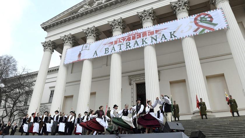 Táncosok fellépése az 1848-49-es forradalom és szabadságharc 169. évfordulója alkalmából rendezett állami ünnepségen a Magyar Nemzeti Múzeum előtt; fotó: MTI/Szalai Eszter