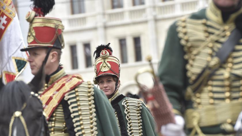 Huszárok az Országház előtt a Kossuth Lajos téren, ahol katonai tiszteletadással felvonták Magyarország lobogóját az 1848-49-es szabadságharc 169. évfordulóján; fotó: MTI/Máthé Zoltán
