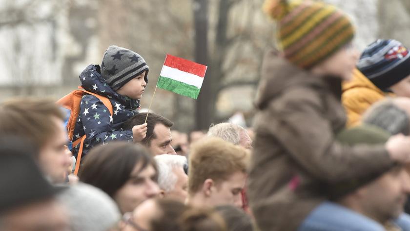 Érdeklődők az Országház előtt; fotó: MTI/Máthé Zoltán