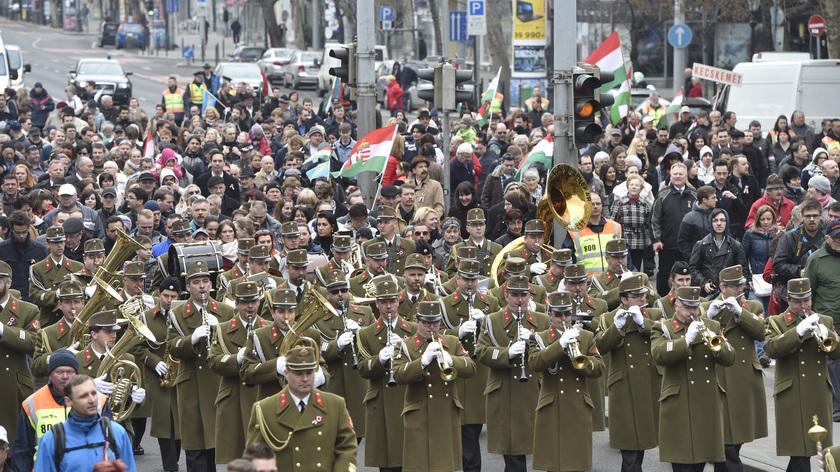 A Magyar Honvédség Központi zenekara vezeti a díszmenetet;fotó: MTI/Máthé Zoltán
