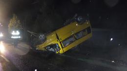 Fejtetőn landolt a kisteherautó