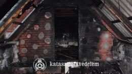 Lángolt a tetőtér