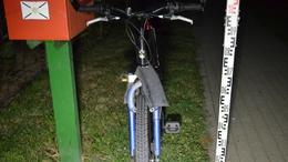 Inkább árokba hajtott a biciklis