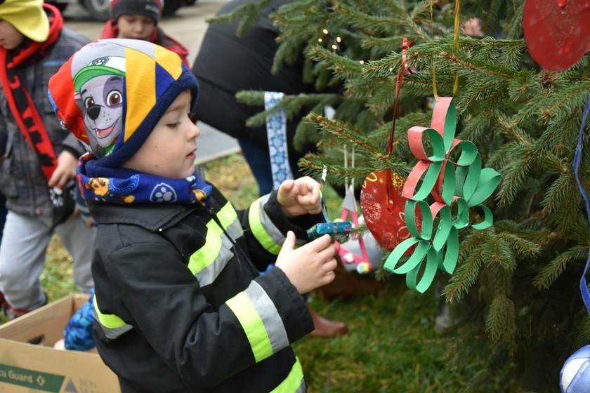 Gyerekek öltöztették ünnepi díszbe a tűzoltó laktanyákat