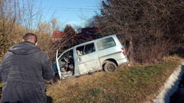 Négyszer pördült a kisbusz az Egyenesi úton