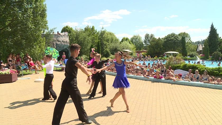 Táncosok lepték el a Virágfürdőt