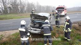 Fejtetőn landolt egy autó Marcalinál