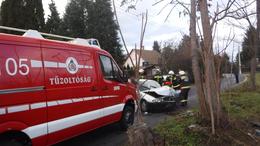Fának csapódott egy autó Siófokon