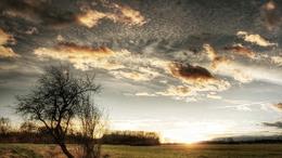 Marad a változékony idő, a szél azonban már veszít erejéből