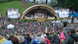 Több mint százezer embernek tartott misét a pápa Csíksomlyón