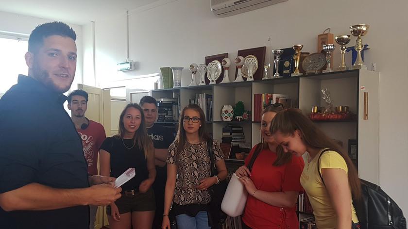 A mozijegyeket Ivánkovics István, szerkesztőségünk oszlopos tagja adta át a végzősök különítményének.