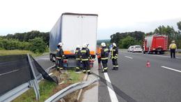 Kamion szakította át a szalagkorlátot az M7-esen