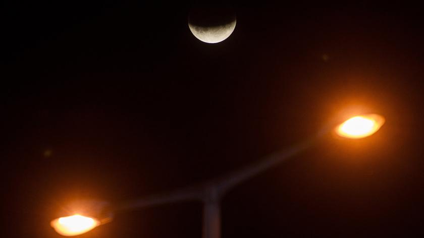 Részleges holdfogyatkozás Salgótarjánból nézve 2019. július 16-án. MTI/Komka Péter