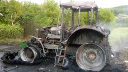 Teljesen kiégett egy traktor Bonnyánál