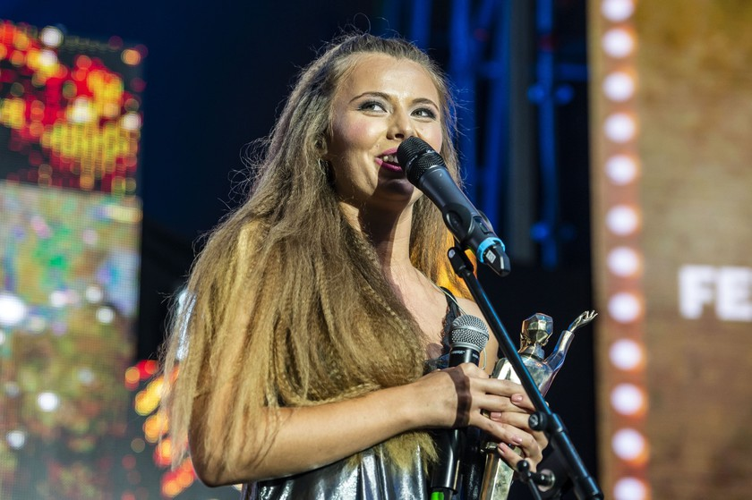 Nagy Brigitta, az év felfedezettje díjat elnyert Acoustic Planet együttes énekese az idei Petőfi Zenei Díjak átadásán.