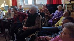 Fiatalok lepték meg az időseket