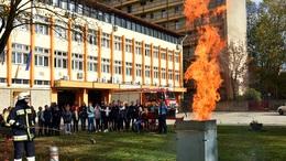 Rendhagyó tanórát tartottak a tűzoltók