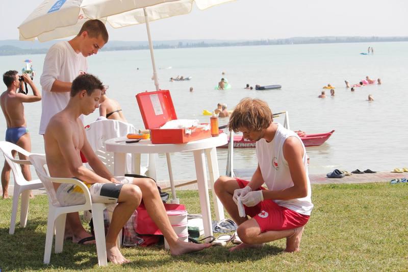 Vöröskeresztes fiatalok vigyáznak a strandolókra